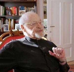Vater Dimitri Ignatiew im Gespräch