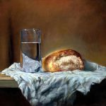 Brot und Wasser auf einem Tisch